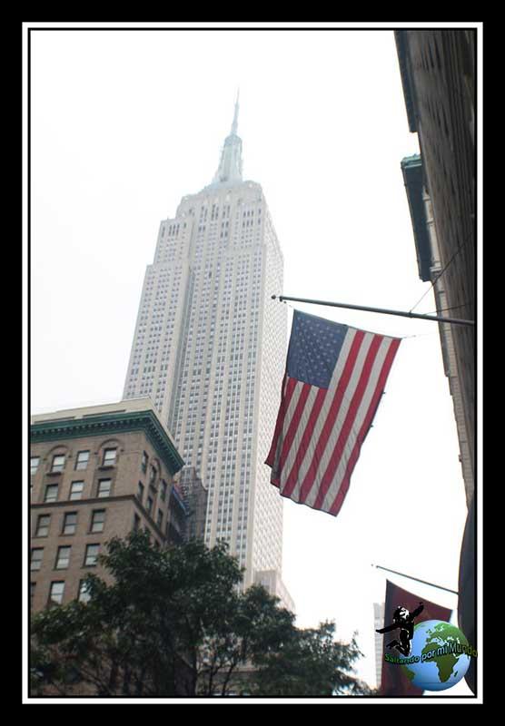 El majestuoso Empire State Building con la bandera Americana