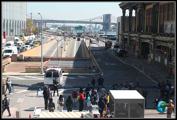 Puente de Brooklyn desde la entrada al Ferry a Staten Island