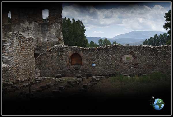Esto es lo que conseguimos ver desde una grieta de una puerta del Monasterio de Santa Maria de Carracedo