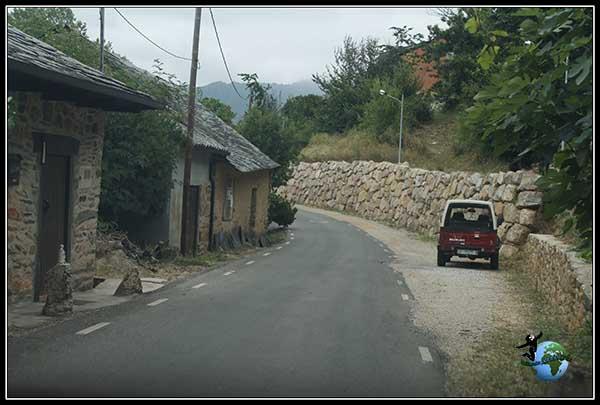 Camino de montaña donde vamos atravesando bonitos pueblos de El Bierzo