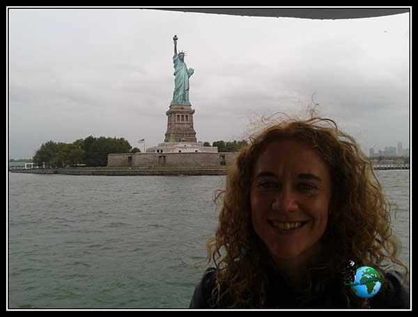 Feliz con La Estatua de la Libertad a mi espalda, en New York