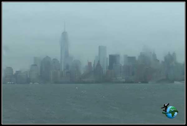 Un óleo pintado con las gotas de lluvia en los cristales del Ferry a Manhattan, New York