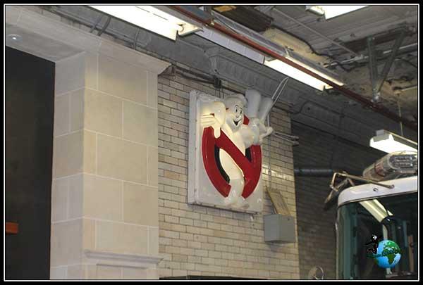 Dentro también observamos una referencia a la película de Cazafantasmas, en New York