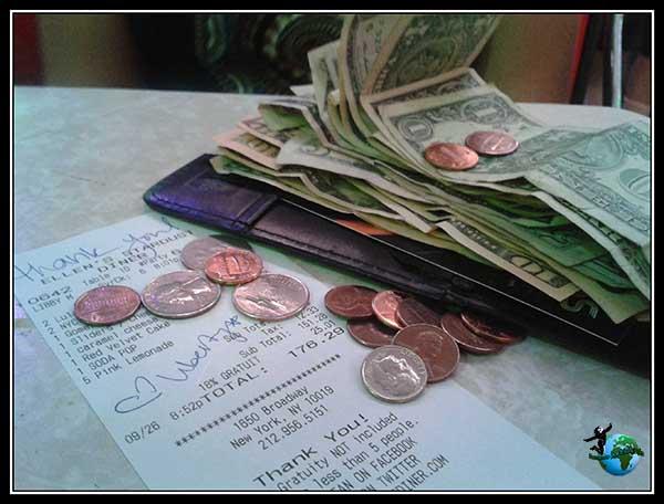 Los camareros dibujan en la cuenta corazones con tal de que les dejes propina, cenando en Stardust Dinner en New York.