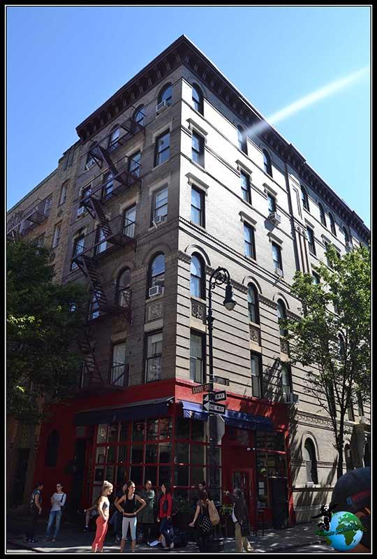 Fachada de la casa de Friends entre Bedford Street con Grove Street, en New York.