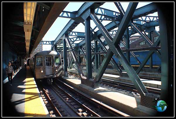 El último metro que nos llevará por última vez a Manhattan, en New York.