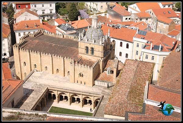 Claustro de la Catedral Vieja de Coímbra desde la Torre de la Universidad.