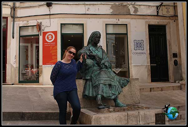 Estatua con mujer típica de Coímbra.