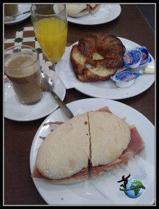 Desayuno en sevilla. Molletes típicos de Andalucia