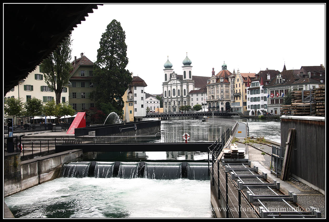 Rio Reuss con la colegiata de San Leodegario en Lucerna