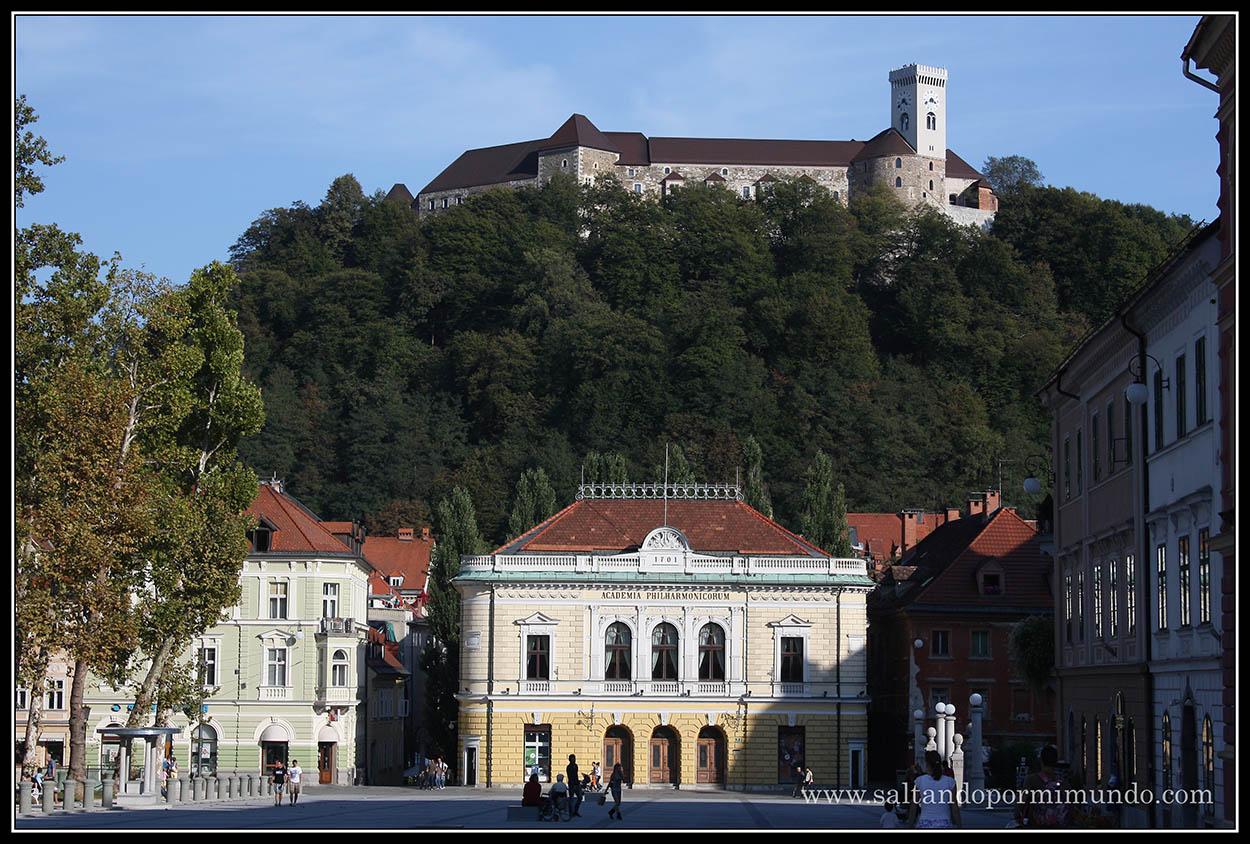 1568 - Vista del Castillo y la Slovenska Filharmonija desde la Kongresni Trg de Ljubljana dom25-9