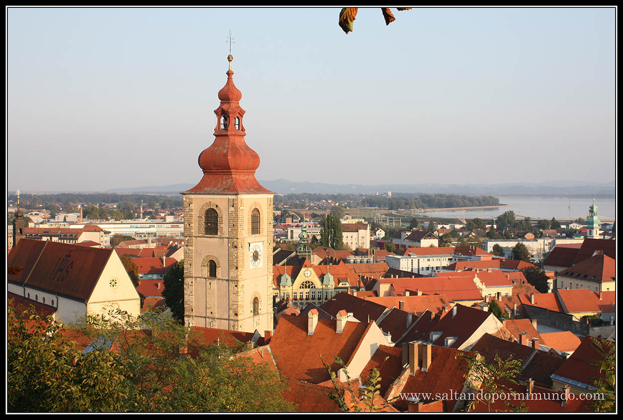 1910 - Vista de la Torre de la Ciudad, la Cerkev Svetega Jurija y el Ayuntamiento desde el Castillo de Ptuj lun26-9