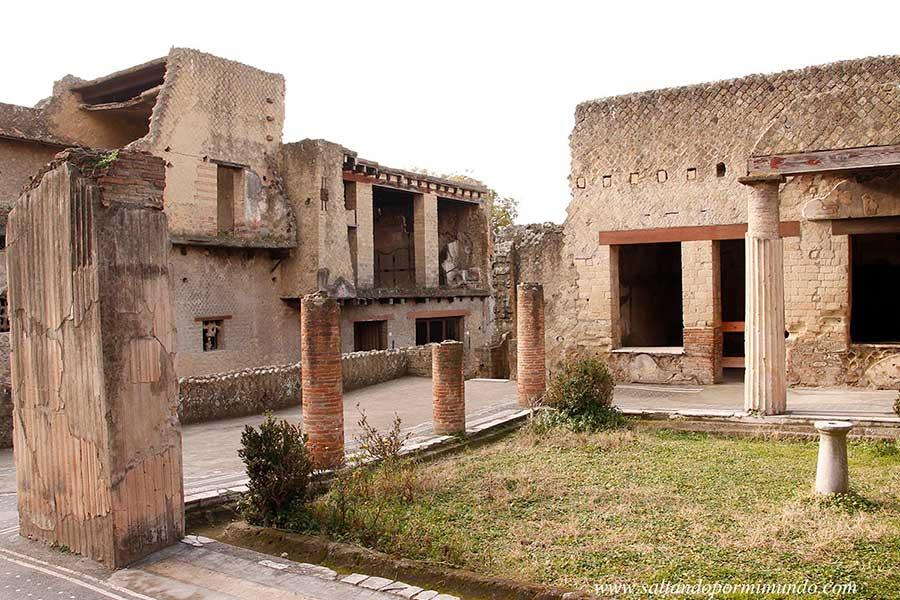 Visitando las ruinas romanas de Herculano, Italia