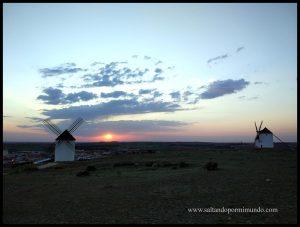 Un bonito atardecer sobre los Molinos de viento de Mota del Cuervo