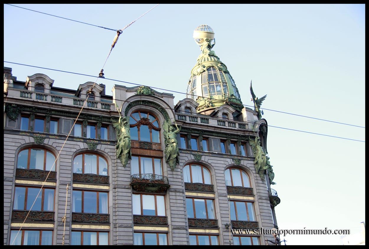 Edificios preciosos en la Avenida Nevsky en San Petersburgo.