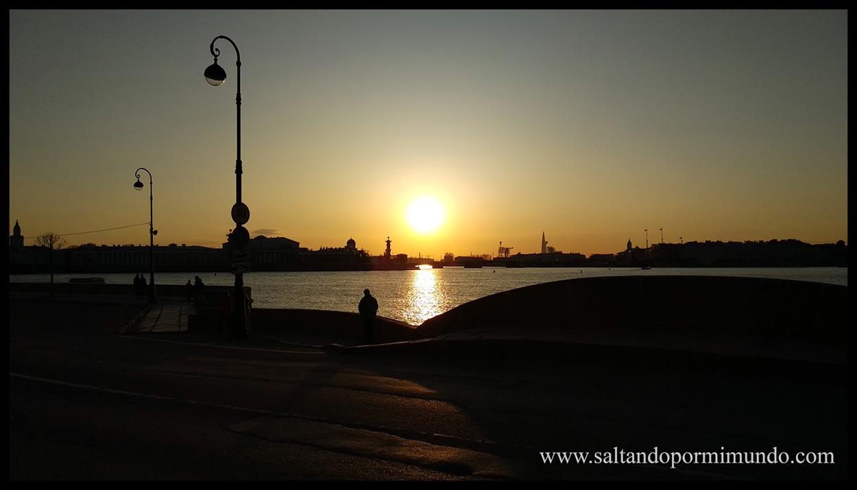 Atardecer sobre San Petersburgo reflejado en el río Neva