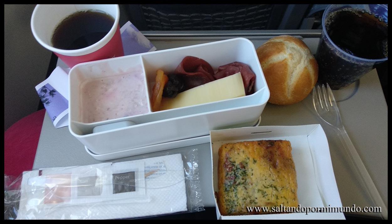 Típica comida de avión, esta vez nada comestible.