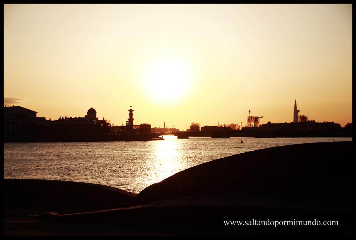 Un atardecer en San Petersburgo desde el río Neva..