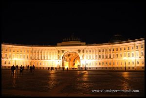 Plaza del Hermitage iluminada de noche.