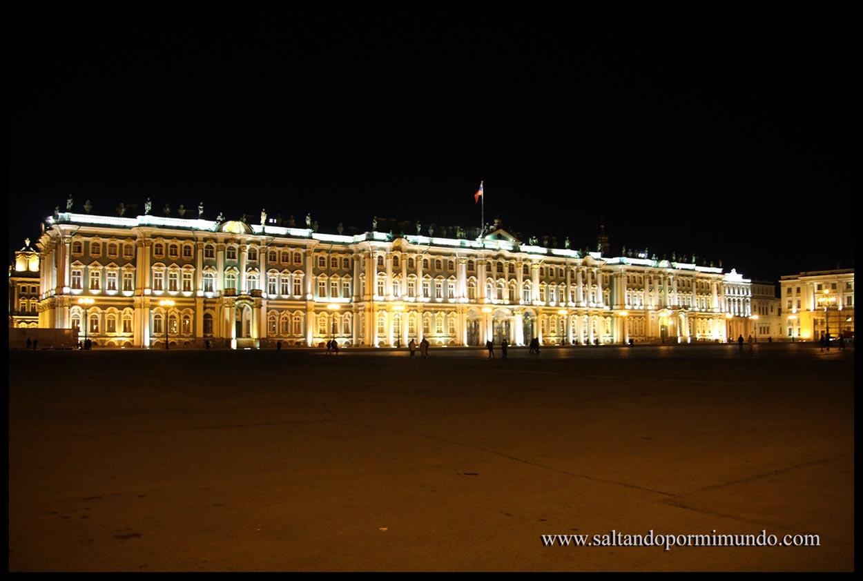 Hermitage iluminado de noche.
