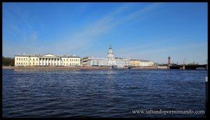 Paseo a la orilla del río Neva en San Petersburgo.