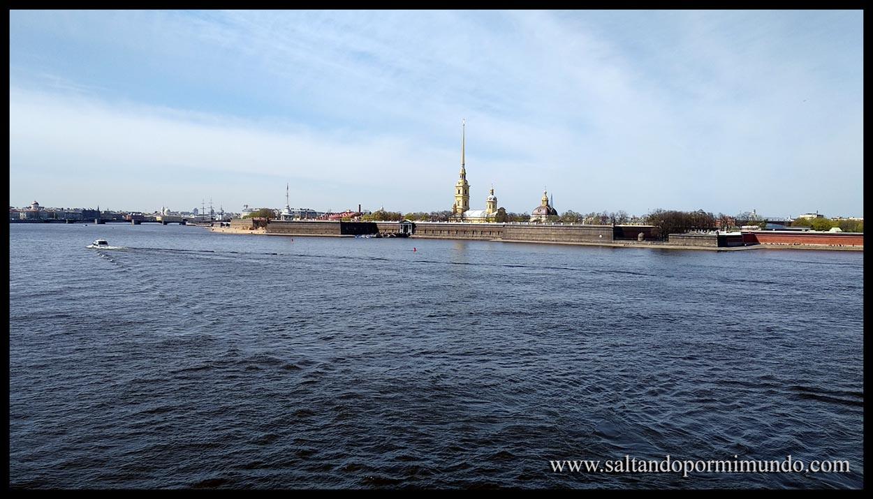 Paseo a la orilla del río Neva en San Petersburgo llegamos a la Isla de San Pedro y San Pablo.