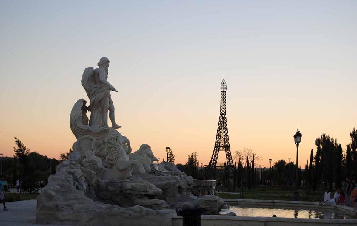 Fontana di Trevi y Torre Eiffel en el Parque Europa,