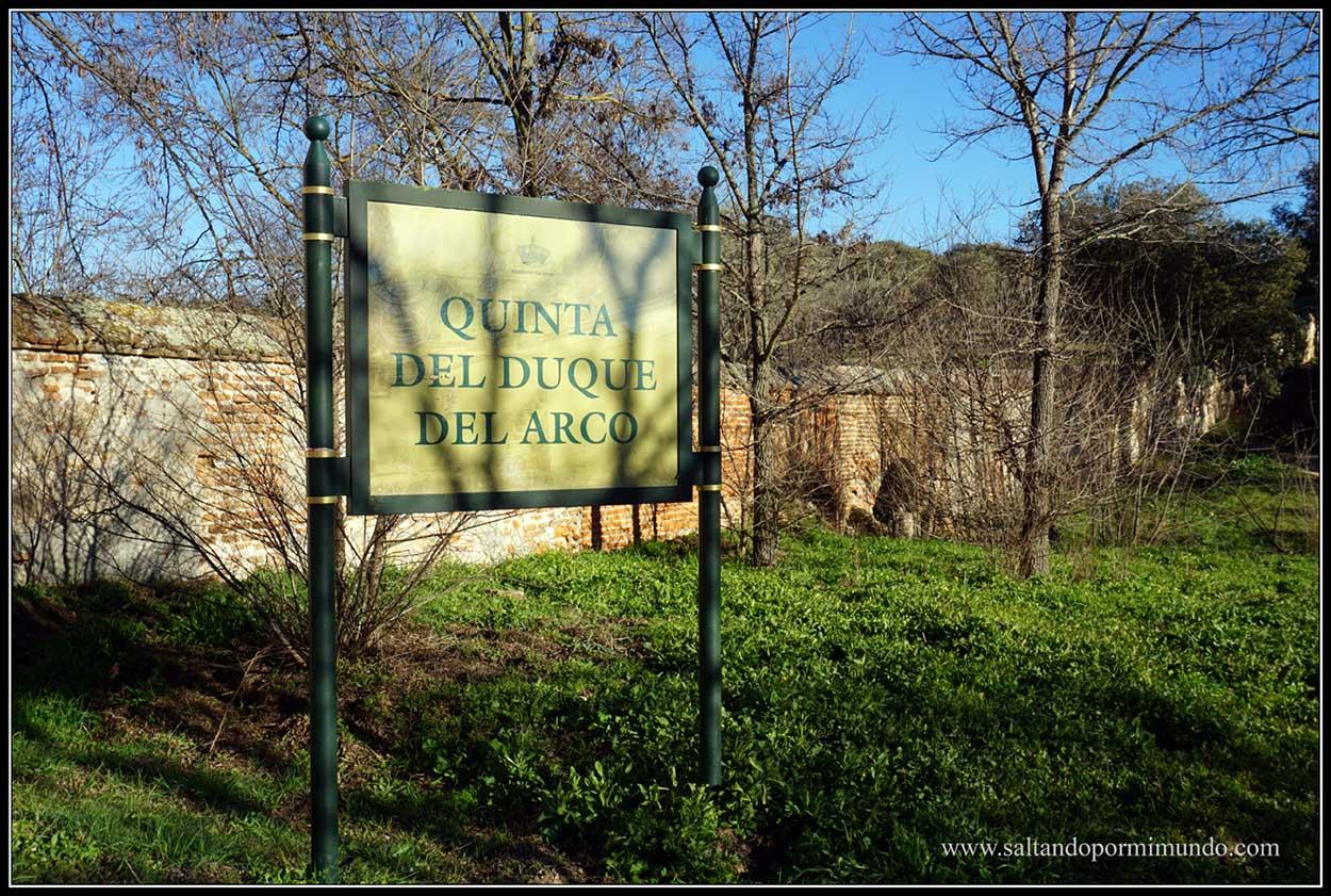 Cartel de entrada a la Quinta del Duque de Arco