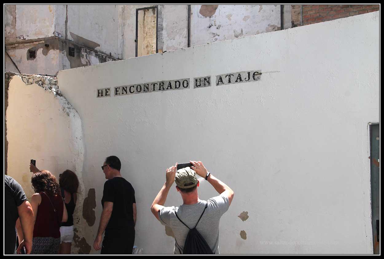 """Inscripicion en una pared """"He encontrado un atajo"""""""