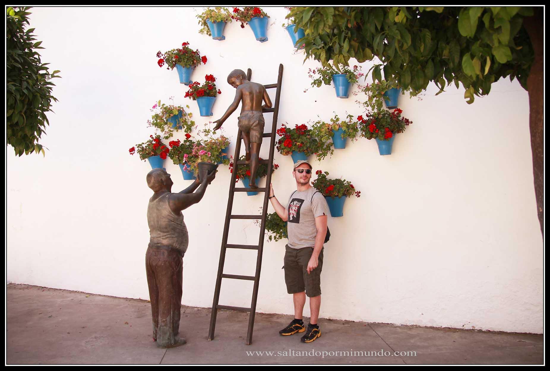 Esculturas homenaje a los cuidadores de los patios de Córdoba