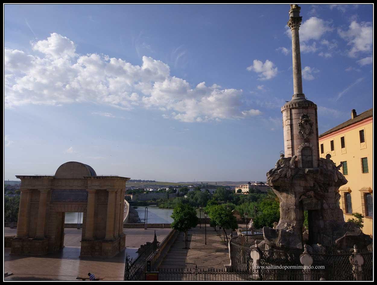 Puerta de entrada al puente romano de Córdoba