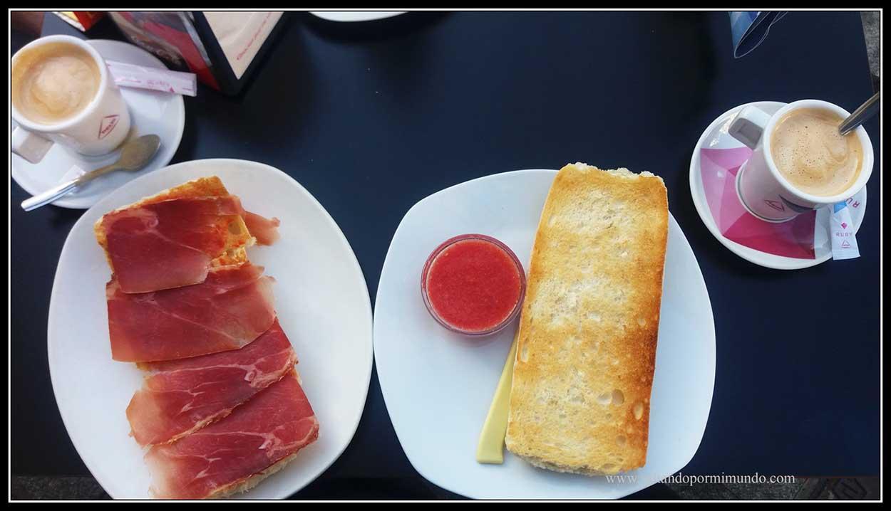 Desayuno en Córdoba.Pan con tomate y jamón.
