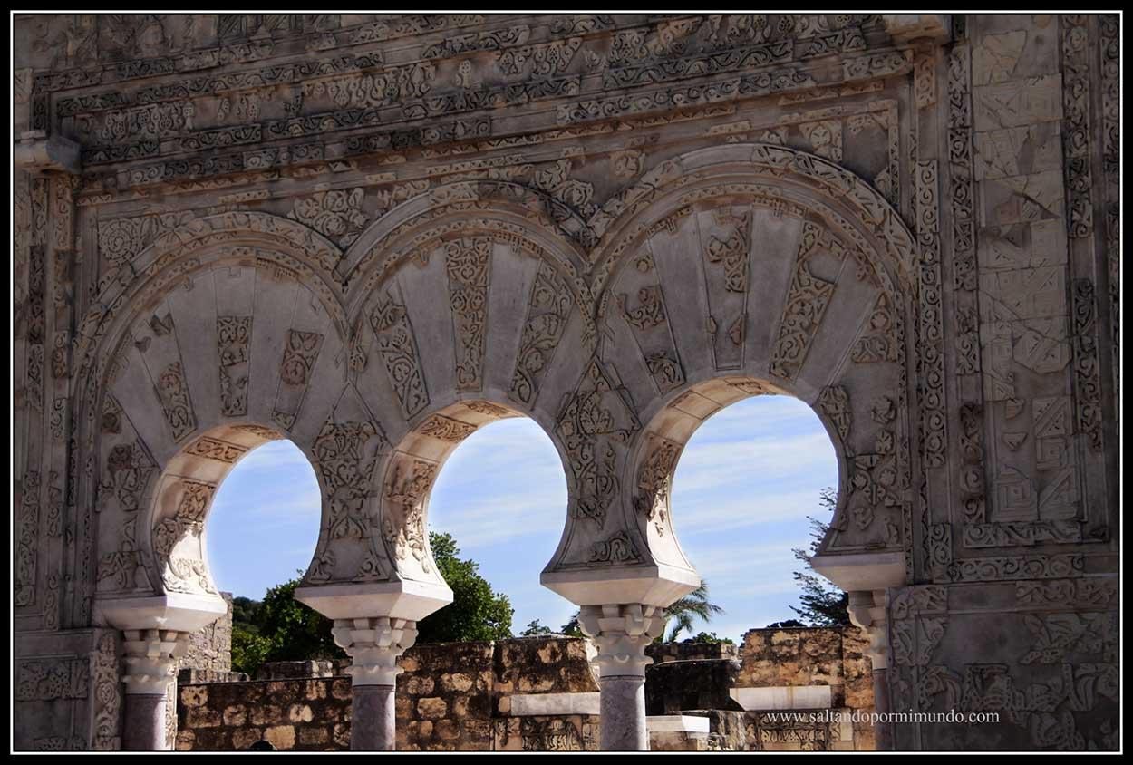 Detalle de la decoración de una puerta en los yacimientos de Medina Azahara.