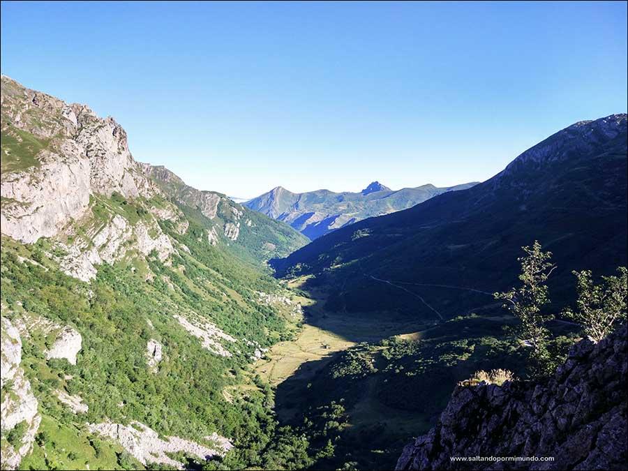 La ruta de senderismo por los lagos de Saliencia en Somiedo es una de las rutas más bonitas de senderismo que hacer en Asturias.