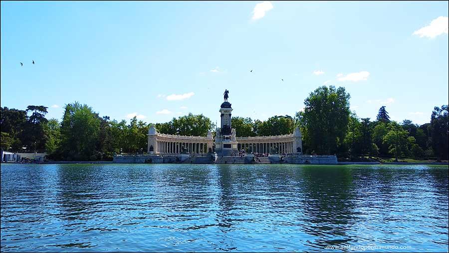 Visitar el mirador del Monumento de Alfonso XII en el Parque del Retiro