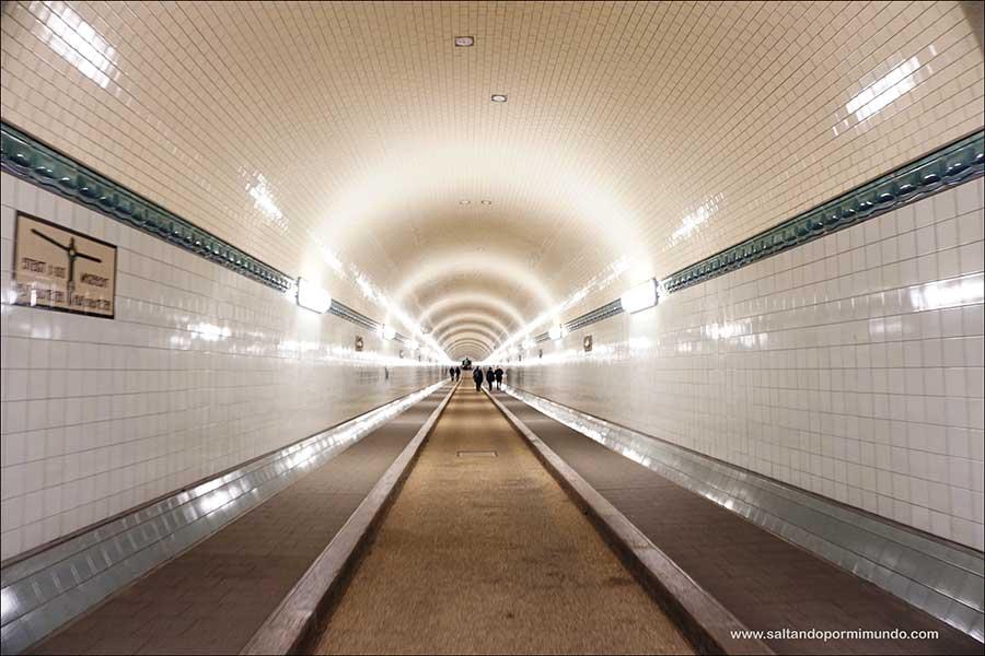 Cruzar el túnel del Elba, una de las cosas que hacer en Hamburgo en un día.